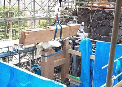 8月17日 巨大なケヤキの鏡柱や冠木(かぶき)を建て込む様子
