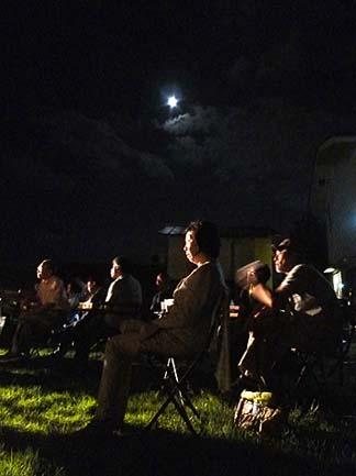 月夜の晩に野原で聞く音楽、ちょっと贅沢を感じる時間