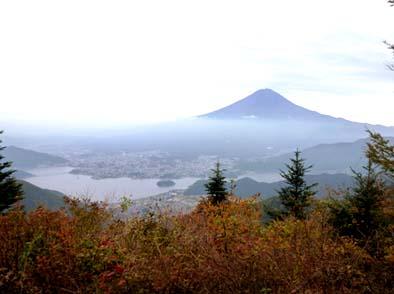新道峠から見る富士山と河口湖