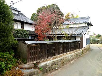 北側道路から見る板塀、母屋そして改修された座敷蔵の美しいたたずまい