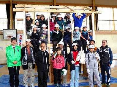 「棟おさめの儀」のあと、児童教師ほか関係者全員で記念撮影