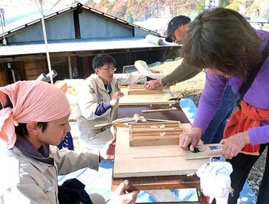 井上棟梁と大工修行中の松永君が箸つくりの指導に当たりました