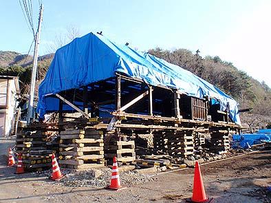 保存修理工事のため半解体され持ち揚げられた藤原家住宅