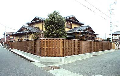 大和塀が屋敷を囲んでつづく