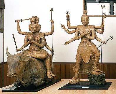 大威徳明王像(左)【戦勝を祈願する明王、水牛の背中にまたがっています】軍茶利明王像(右)【仏の敵を取りのぞく明王】