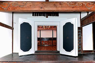 虫切加持堂は蔵造りになっている、蔵前の下陣より奥に内陣を見る