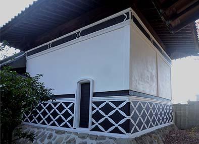 虫切加持堂の内陣は蔵造りになっている、修理が完了した漆喰壁