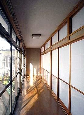 改修が完了した廊下天井、シミは消えて美しい廊下がよみがえりました