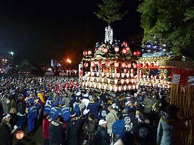 秩父神社の前庭に集まった大勢の群衆