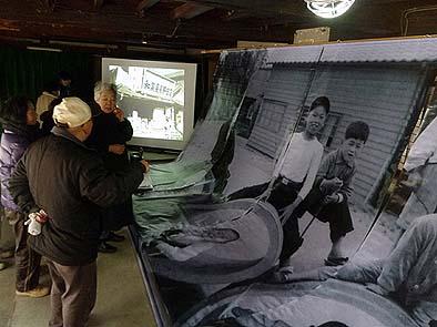県立博物館のご好意で、大きな写真をプリントしたシートを展示できました