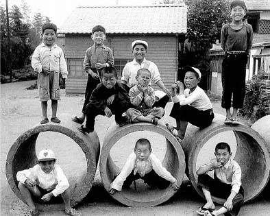 土管で遊ぶこども達(昭和33年〜34年 天野正典所蔵)