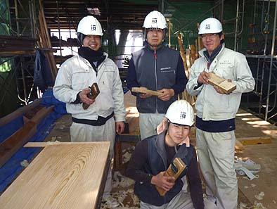 伝匠舎の若手四天王? 板削りの研修で慈眼寺に集合!