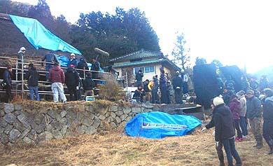 農啓庵のロケ現場のようす、撮影は厳しい寒さの中で行われました