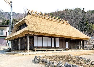 完成した茅葺き古民家「藤原家住宅」の外観(南西面)