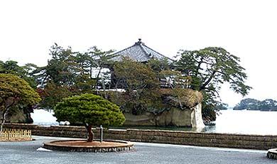 松島の名所「五大堂」、多くの島々が津波を防いだために無事でした。国宝重要文化財が多く残る地域というのは防災上安全な場所なのです。
