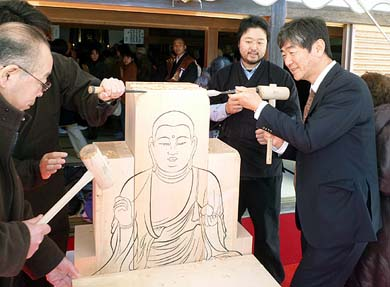 「地蔵菩薩坐像」にノミ入れを行う弊社社長の石川、震災津波被害を忘れぬ為の象徴仏になります