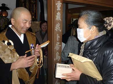 栖雲寺の宇田俊明住職が被災者の皆様に「わらべ地蔵」を渡されました