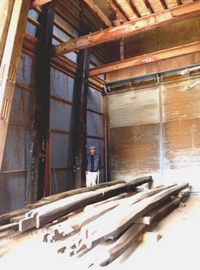藤木作業場内に収納された大黒柱とクリの梁組