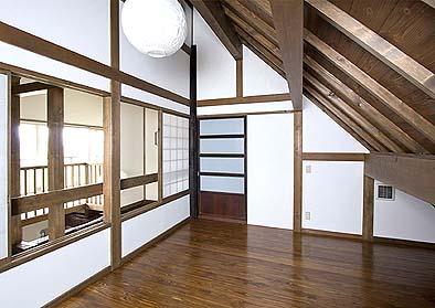 二階の小屋裏部屋は楽しく魅惑的な空間
