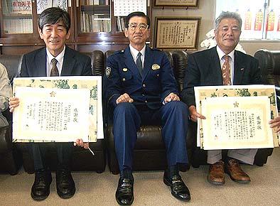 中央に富士吉田警察署の宮下篤所長、向かって右にモリタ防災テックの代表者、左に弊社社長の石川