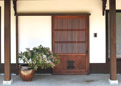 正面玄関に古材ギャラリーから蔵戸を使用