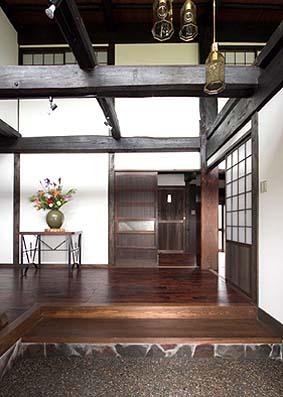 12畳の正玄関 一見無駄に見える平面計画が古民家らしいともいえる