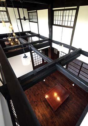 玄関の間と居間の根太天井を撤去し、大きな吹き抜け空間とし、高窓より採光する。窓辺にはキャットウォークを設ける。