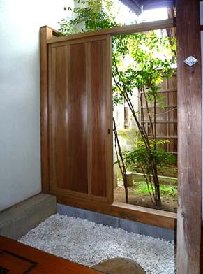 新館と旧館の間に防風対策として引き戸を設置、内に坪庭を作庭