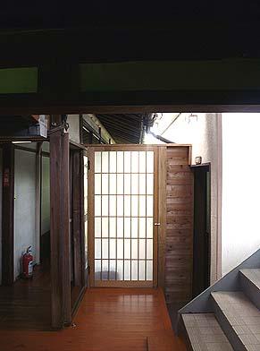 同様に新館と旧館の間に防風対策として小壁と開き戸を設置