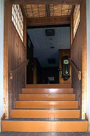 新館と別館の界の階段周りを和の内装でつなぐ