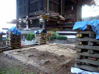 基礎石や敷き石などに大きな不陸があったため、耐圧盤基礎を施工したうえで据え直す