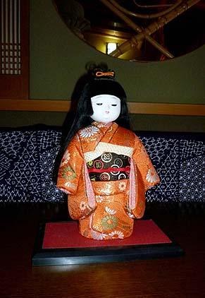 可愛らしい日本人形が置かれてありました
