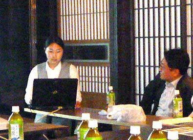 研究発表する中島裕衣子と見守る後藤先生。中島は本年3月まで後藤研究室に在籍していました。