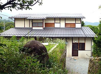 竣工北面(裏側)外観、屋根は瓦からガルバリューム鋼板に葺き替えられた。