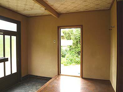 明るくなった玄関。隣接した洋間6帖を撤去し、古い出入口をフィックス窓に改装した。