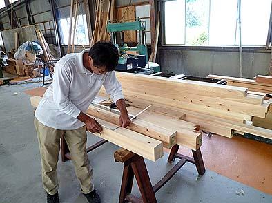 木工所で上棟式キットの墨付けをする坂本棟梁