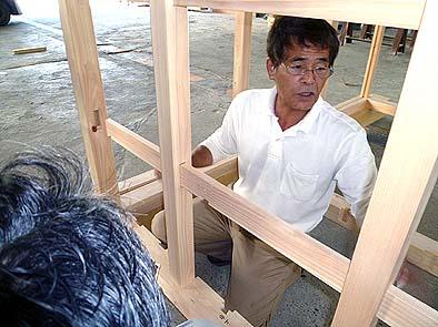 木工所でキットを仮組する坂本棟梁