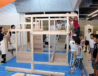 建て方の様子 梁や桁を架ける、もう少しで完成