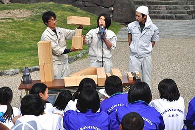 生徒に木組みの解説をする伝匠舎スタッフ、向って左から井上修棟梁、松崎智美監督、松永充広(大工育成塾塾生)