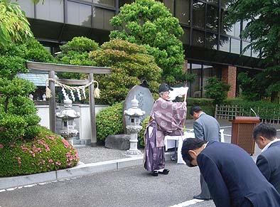 武田神社の宮司様によって御霊が会長室に遷座されました