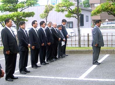 廣瀬久信JA山梨中央会会長を筆頭にJA関係者や工事施工者が 参列して遷座式並び工事の安全祈願が行われました。写真中央奥に弊社社長の石川。