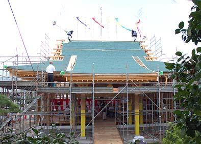 槌打ちの儀、棟梁の掛け声に合わせて、二人の工匠が掛矢(かけや)で棟をたたく。棟木を棟に納めるのを表現する儀式。