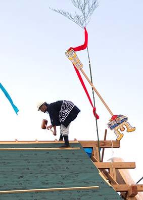 槌打ちの儀、上棟式の飾りもの鶴の鏑矢(かぶらや)が見える、家の末長い存続を願うもの。
