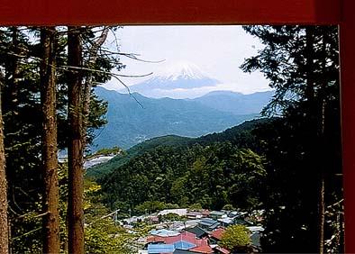 真正面に富士山を望む、富士山の向うに北条家ゆかりの小田原があり、早雲寺がある