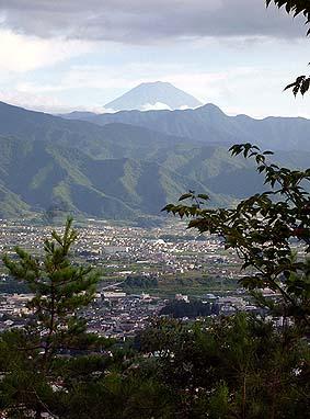 塩の山から真南に富士山を見る、御坂山塊の奥深く、ありがたく鎮座している。