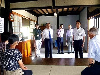 村内の中村一仁さん宅を訪問、ご家族と親しく会話を交わされました