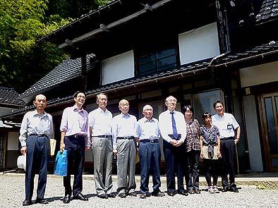 中村一仁さん宅前で記念写真