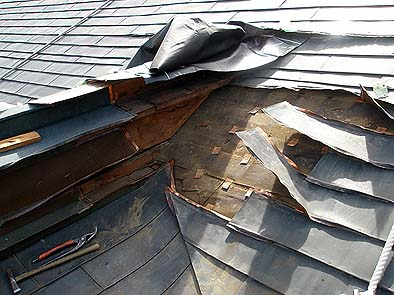 御拝の棟と本堂平との取り合いに雨漏りの疑いあり、ハゼ部分の亀裂が確認された。