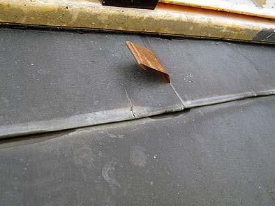 妻面平部分に見られた銅板のハゼ切れ、雨水の浸入が疑われる。
