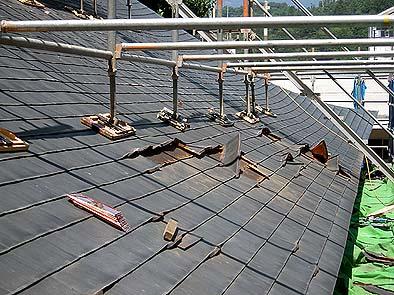 ハゼ切れしている銅板を取り替える。